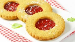 الغذاء والدواء تتلف طنا من المواد الغذائية بمصنع حلويات مخالف