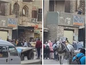 بالفيديو.. ثري مصري يلقي الأموال من شرفة منزله .. شاهد ردة فعل المارة !