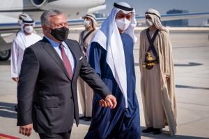 الشيخ محمد بن زايد آل نهيان في مقدمة مستقبلي جلالة الملك لدى وصوله ابوظبي