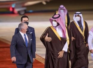 الملك يصل السعودية .. وبن سلمان في مقدمة مستقبليه