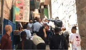 الاحتلال يعتدي على المصلين المسيحيين قرب كنيسة القيامة