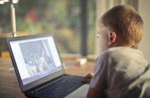 نصائح لحماية نظر الطفل من مخاطر الشاشات