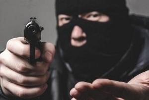 بوقت قياسي إلقاء القبض على شخصين أثناء تنفيذ عملية سلب مسلح لأحد البنوك في منطقة طريق المطار