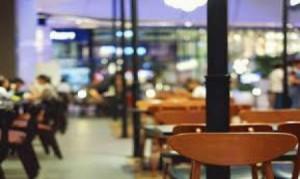 السياحة: توصية بزيادة أعداد الأشخاص على الطاولات في المطاعم