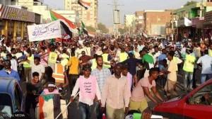 آلاف السودانيين يتدفقون للشوارع مطالبين بالحكم المدني