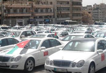 """سائقو""""السفريات الخارجية"""" يعتصمون احتجاجاً على شطب سياراتهم كل 6 سنوات"""