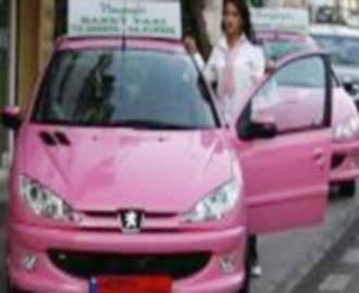 """""""بنات تاكسي"""": سيارات أجرة لبنانية زهرية تقودها نساء... وللنساء فقط!"""