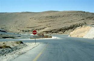 مواطن يغلق الشارع الرئيسي في وادي موسى