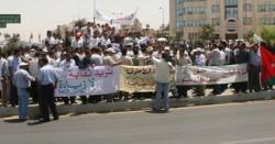 اعتصام معلمون بالشموع أمام رئاسة الوزراء