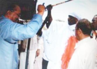 البشير يتكفل بعلاج سوداني طعن نفسه احتجاجا على قرار الجنائية الدولية