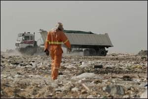 """هل يعلم أمين عمان بإصابة عمال في مكب النفايات بمرض """" الكبد الوبائي """" ؟"""