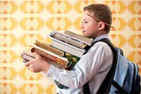 طلبة يحملون كتبا مدرسية تتراوح أوزانها بين 7 و10 كيلوغرام
