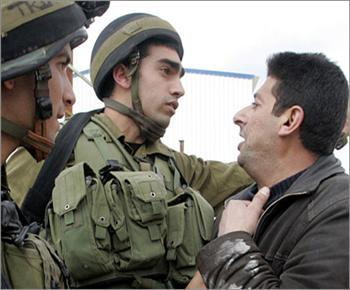جنود إسرائيليون يرتدون قمصانا تحمل صور أطفال قتلى