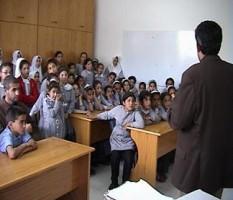 مواطنون يمنعون مدير تربية البادية الشمالية من مغادرة مدرسة أثناء تفقده لها