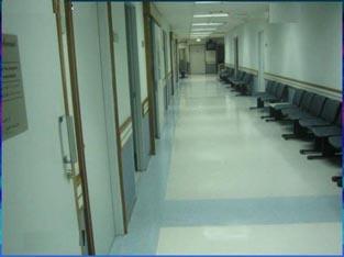 العاملون في خدمات النظافة بمستشفى الكرك يهددون بالتوقف عن العمل