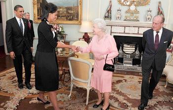 ميشيل أوباما تخرق البروتوكول الملكي وتحتضن الملكة إليزابيث الثانية