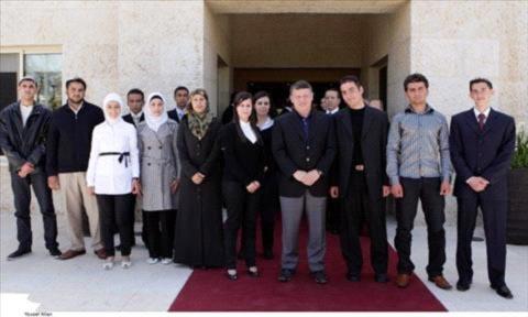الملك يلتقي الطلبة المشاركين في برنامج قضاة المستقبل