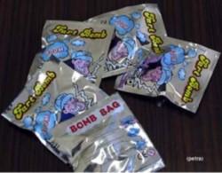طلاب يحملون اكياسا ذات رائحة كريهة تثير استياء المعلمين