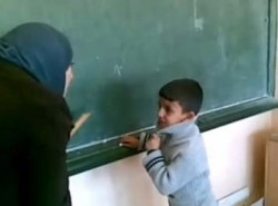"""""""التربية"""" تتوصل للمعلمة صاحبة الفيديو الشهير وتبدأ بالتحقيق معها"""