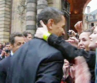 أوباما يتقبل بخجل قبلة من فتاة فرنسية بعد تشجيع من ساركوزي
