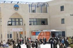 مئات المتظاهرين يمنعون رئيس جامعة الحسين من دخول الحرم الجامعي
