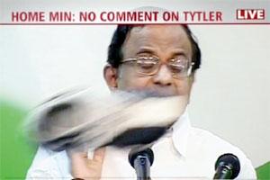 صحفي من السيخ يرمي وزير الداخلية الهندي بفردة حذاء