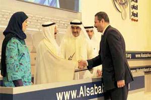 أميرالكويت يسلم الزميل الرواشده جائزة افضل موقع اعلامي عربي لـ «بترا»