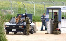 المخابرات الإسرائيلية تحول الحواجز العسكرية في الضفة إلى فخاخ لاصطياد العملاء