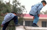 طالب يدخل بغيبوبة نتيجة قفزه عن سور مدرسة في الزرقاء