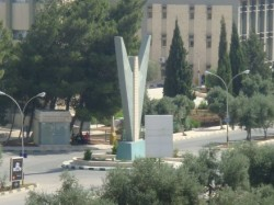 """مناوشات بين موظفين معتصمين ومعارضين لهم في """"اليرموك"""""""