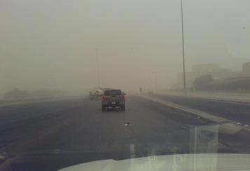 الغبار الكثيف يغلق عدة طرق في جنوب المملكة