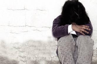 """طفلة تتعرض للاغتصاب من والدها وشقيقها في جدة بـ""""معرفة"""" الأم"""