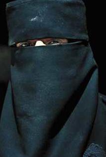 القبض على شاب تنكر لأكثر من اسبوعين بزي امرأة في وادي موسى