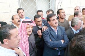 للمطالبة بترميم صفوف الفريق..اعتصام جماهيري امام النادي الفيصلي