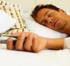 النوم بجوار الهواتف المحمولة يسبب سرطان المخ