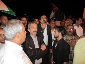 مناوشات بين مؤيدين ومعارضين بعد مسيرة ليلية حاشدة في الكرك... شاهد الصور
