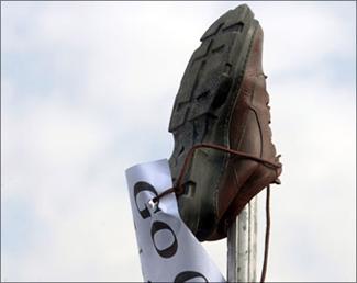 طالب يقذف رئيس وزراء الهند بالحذاء خلال مسيرة انتخابية