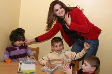 باسكال مشعلاني تغني لأطفال التوحد في الأردن