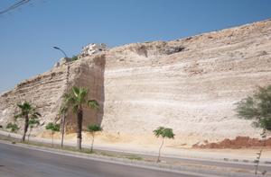 مقطع جبلي يهدد تلاميذ مدرسة جبل الاميرة رحمة بالسقوط