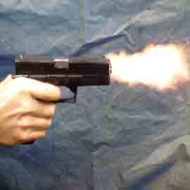 شاب يقتل والدته باطلاق ثلاثة عيارات نارية عليها