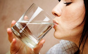 لماذا يجب أن نتوقف عن شرب الماء مع وجبات الطعام
