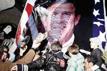 """أردنيون ودعوا بوش بـ '' الأحذية """" وشعارات ''إلى مزبلة التاريخ يا طاغية''"""