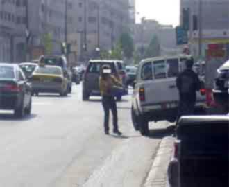 آخر صرعة... فتاة ترتدي ملابس أنيقة وتضع عطورا فاخرة تبيع الكولا في شوارع عمان الغربية