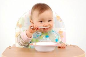 دعوا اطفالكم يأكلون بيديهم ليحافظوا على رشاقتهم!