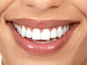 أطعمة يجب تجنبها للحفاظ على أسنان بيضاء