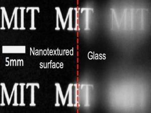 باحثون يطورون زجاجاً مضادا للضباب ذاتي التنظيف