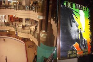 مول شهير يروج لتدخين الحشيش عبر بيع بوستر بوب مارلي