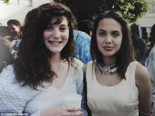 لحظات من طفولة ومراهقة أنجلينا جولى .. صور