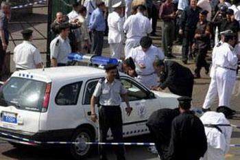 الشرطة المصرية توزع الشيكولاتة على المواطنين لتجميل صورتها