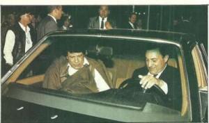 صورة نادرة حسني مبارك يعلم معمر القذافي كيفية قيادة السيارة